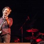 Eddie Vedder, vocalista do Pearl Jam, anuncia doação para vítimas em Mariana