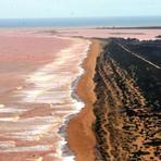 Lama de barragem chega ao mar no Espírito Santo e prefeitura interdita praias
