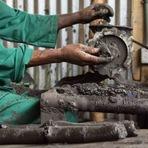 Empresário detém o desmatamento em Uganda transformando lixo em combustível