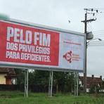 Violência - Outdoor em rua de Curitiba pede pelo fim de privilégios para deficientes
