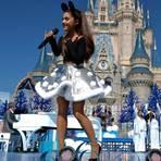Ariana Grande apresenta novo hit no show da Disney
