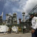 Petróleo cai abaixo de US$ 30 nos EUA pela 1ª vez em 12 anos
