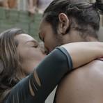 Hoje em A Regra do Jogo: Mel e Nenemzinho se beijam na frente de Vavá e humilham o personal