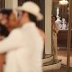 Entretenimento - Neste sábado em Eta Mundo Bom: Candinho flagra beijo de Filomena e Ernesto