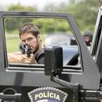 """Entretenimento - Terça em """"A Regra do Jogo"""": Dante leva Romero para presídio e sofre emboscada de bandidos"""